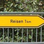 Ortsschild Reisen 1 km