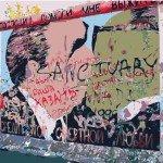 Berliner Mauer-Bild, auf dem sich Breschnew und Honecker küssen